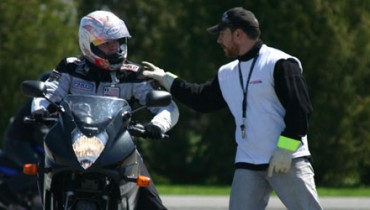 Souvent, un motocycliste choisi son équipement en fonction de son aspect visuel. Malheureusement, la route ne fait pas de différence lorsque vient le temps d'égratigner la peau ou de fracturer […]